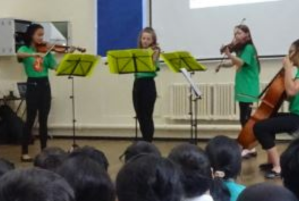 Picture of Stringcredibles playing to pupils